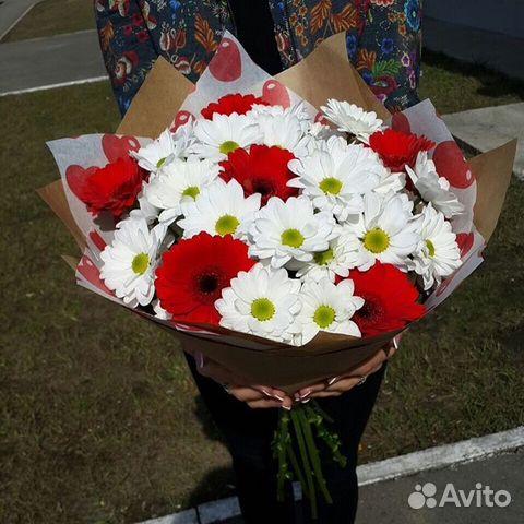 Букет из белых хризантем и красных гербер